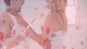 Glückliches Paar, das Schwangerschaftstest im Schlafzimmer betrachtet stock footage