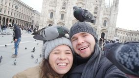 Glückliches Paar, das Selbstporträt mit Taube nimmt Reisen und Verhältnis-Konzept stock footage