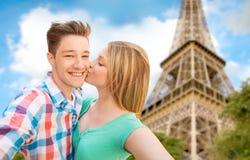 Glückliches Paar, das selfie über Eiffelturm nimmt Lizenzfreie Stockfotografie
