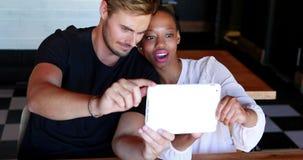 Glückliches Paar, das selfie auf digitaler Tablette nimmt