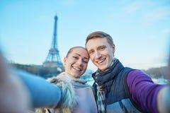 Glückliches Paar, das selfie in Paris nimmt stockbild