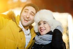 Glückliches Paar, das sich draußen fotografiert stockfotografie