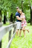 Glückliches Paar, das sich draußen liebt Lizenzfreies Stockfoto
