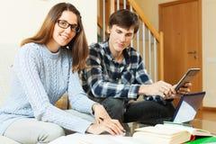 Glückliches Paar, das sich zusammen für Prüfung vorbereitet Stockbilder