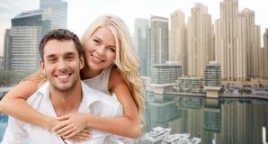 Glückliches Paar, das Spaß über Dubai-Stadthintergrund hat lizenzfreies stockfoto