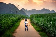 Glückliches Paar, das Spaß auf dem Gebiet bei Sonnenuntergang hat lizenzfreie stockfotos