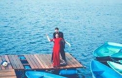 Glückliches Paar, das Spaß auf dem Pier hat lizenzfreies stockbild