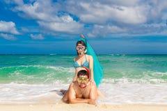 Glückliches Paar, das Spaß auf dem Strand von einer Tropeninsel hat Summe Stockfoto