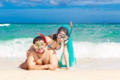 Glückliches Paar, das Spaß auf dem Strand von einer Tropeninsel hat Summe Lizenzfreie Stockfotografie