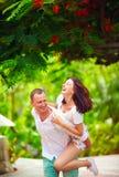 Glückliches Paar, das Spaß in blühendem Park hat Stockfotos