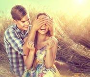 Glückliches Paar, das Spaß draußen auf Weizenfeld hat stockfotografie