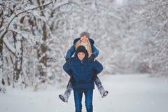 Glückliches Paar, das Spaß draußen im Schnee-Park hat Schneemann gebildet vom weißen tropischen Sand auf exotischem Strand mit Oz lizenzfreie stockbilder