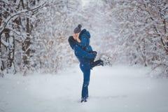 Glückliches Paar, das Spaß draußen im Schnee-Park hat Schneemann gebildet vom weißen tropischen Sand auf exotischem Strand mit Oz lizenzfreie stockfotos