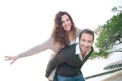 Glückliches Paar, das Spaß hat stockfotos