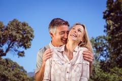 Glückliches Paar, das Spaß im Park hat Stockbilder