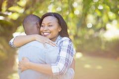 Glückliches Paar, das Umarmung hat stockbild