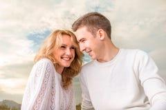 Glückliches Paar, das unter dem sonnigen Himmel lächelt lizenzfreie stockfotos
