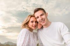 Glückliches Paar, das unter dem sonnigen Himmel lächelt lizenzfreies stockbild