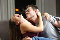 Glückliches Paar, das vor Sex scherzt stockfotografie