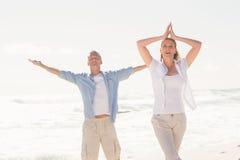 Glückliches Paar, das Yoga tut Stockfoto