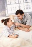 Glückliches Paar, das zart einander betrachtet Stockbild
