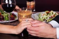 Glückliches Paar, das zu Abend isst Stockfotos