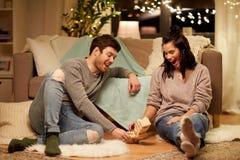 Glückliches Paar, das zu Hause Block-stapelndes Spiel spielt Stockbilder