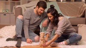 Glückliches Paar, das zu Hause Block-stapelndes Spiel spielt stock video
