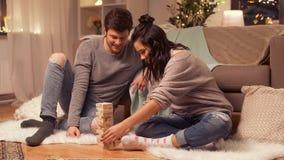 Glückliches Paar, das zu Hause Block-stapelndes Spiel spielt stock footage