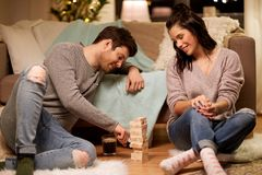 Glückliches Paar, das zu Hause Block-stapelndes Spiel spielt Stockfoto