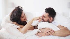 Glückliches Paar, das zu Hause im Bett liegt stock footage