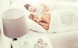 Glückliches Paar, das zu Hause im Bett schläft Stockbild