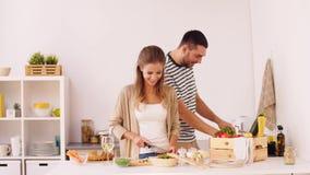 Glückliches Paar, das zu Hause Küche des Lebensmittels kocht stock video footage