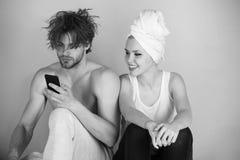 Glückliches Paar, das zu Hause stillsteht Paare in der Liebe, im Mann und in der Frau auf Badewanne mit Telefon Lizenzfreie Stockbilder