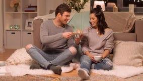 Glückliches Paar, das zu Hause Waffeln mit Kakao isst stock video