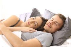 Glückliches Paar, das zusammen auf einem Bett schläft stockbild