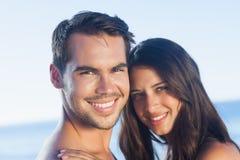 Glückliches Paar, das zusammen aufwirft Lizenzfreies Stockfoto