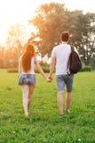 Glückliches Paar, das zusammen in die Liebe hat Spaß draußen und das Lächeln weggeht Stockbild