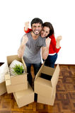 Glückliches Paar, das zusammen in ein neues Haus auspackt Pappschachteln umzieht lizenzfreies stockfoto