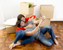 Glückliches Paar, das zusammen in ein neues Haus nimmt selfie Video und pic umzieht lizenzfreie stockfotografie