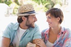 Glückliches Paar, das zusammen Kaffee genießt Stockbilder