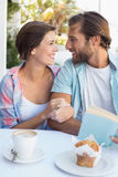 Glückliches Paar, das zusammen Kaffee genießt Stockbild
