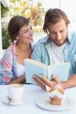 Glückliches Paar, das zusammen Kaffee genießt Lizenzfreies Stockfoto