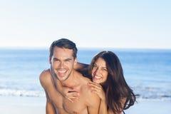 Glückliches Paar, das zusammen spielt Stockfotografie