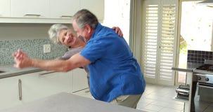 Glückliches Paar, das zusammen tanzt