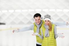 Glückliches Paar in der Eisbahn Stockbilder