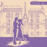 Glückliches Paar in der Liebe auf Paris-Straßenhintergrund Lizenzfreies Stockbild