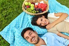 Glückliches Paar in der Liebe auf romantischem Picknick im Park verhältnis lizenzfreies stockfoto