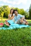 Glückliches Paar in der Liebe auf romantischem Picknick im Park verhältnis stockfoto