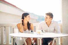 Glückliches Paar in der Liebe auf Sommerferienferien Feiern des Feiertags, Jahrestag, Verpflichtung Frau, die über einen Witz lac lizenzfreie stockfotos